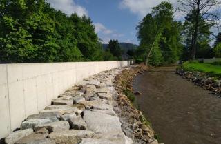 Břehové opevnění a protipovodňová betonová zídka SO 13