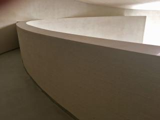 Zábradlí kůru navazuje na horní hranu nadpraží jednoho okna vlomeného dovnitř lodi, v určitém místě tak dochází k tečnému dotyku vnitřní plochy s obvodovou stěnou