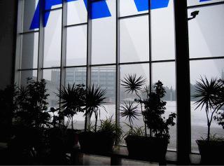 Při použití efektu nahuštěných mikrobodů je možné účinně zabezpečit i rozsáhlé plochy při zachování dostatečné prostupnosti světla a průhledu z budovy; budova hlavního nádraží v Ostravě