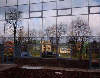 Velmi nebezpečný je zrcadlový (reflexní) efekt v kombinaci s okolní zelení nebo vodním tokem, místy zvýšené koncentrace ptáků; budova BEA centrum Olomouc s.r.o. a soukromé Moravské vysoké školy Olomouc, o.p.s.
