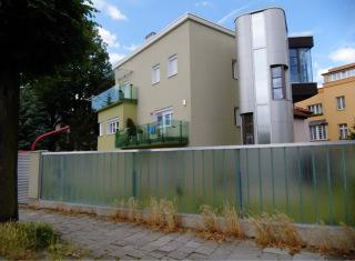 Prosklená zábradlí teras a balkonů jsou vysoce riziková, zejména v rohových partiích. Kombinuje se jak zrcadlový, tak průhledový efekt. Naopak plot kolem stavby je díky využití neprůhledného, nezrcadlícího se materiálu copilit pro ptáky bezpečný; Olomouc