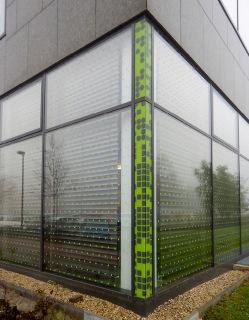Dodatečné zabezpečení ploch proti nárazů ptáků se většinou provádí dekorativním polepem z vnější strany skel. Polep musí být dostatečně hustý, maximální vzdálenost jednotlivých prvků by měla být 10 cm při zachování minimální velikosti bodu nebo linie 2 cm; budova PřF UP v Olomouci