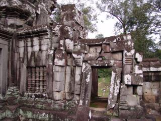 Obr. 03 Trhliny, deformace a náklony chrámových konstrukcí, vzniklé částečně v důsledku přetvoření podkladu, chrám Ta Keo, přelom 10. a 11. století (zdroj: archiv autora)