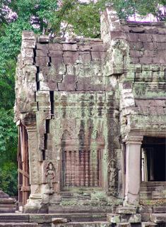 Obr. 04 Typický příklad narušení interakce mezi kamennými bloky a poruch koncových částí chrámů, chrám Ta Prohm, konec 12. století (zdroj: archiv autora)