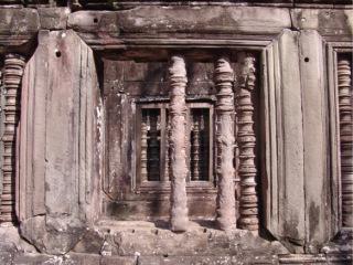 Obr. 07 Lemy s klínovými styky okolo balustrádových otvorů ve stěně galerie, charakter jejich přetvoření a porušení, chrám Ta Keo (zdroj: archiv autora)