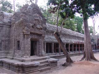 Obr. 10 Citlivá obnova chrámové galerie s použitím co největšího počtu původních bloků, chrám Ta Prohm (zdroj: archiv autora)