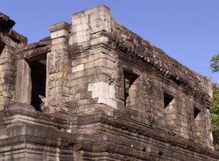 Obr. 12 Chrámová knihovna po provedení anastylózy, kombinované s konzervací částečně dochovaného stavu, chrám Bayon (zdroj: archiv autora)