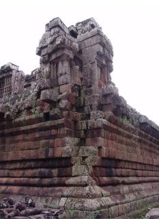 Obr. 05 Porušené nároží opěrné zdi pyramidového stupně, zatížené těžkou nárožní věží a teplotními cykly, chrám Ta Keo (zdroj: archiv autora)