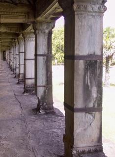 Obr. 09 Příklady monoblokových pilířů napadených řasami, exfoliací pat a delaminací sedimentačních vrstev, sanované ocelovými pásovými sponami, chrám Angkor Wat, 1. polovina 12. století (zdroj: archiv autora)