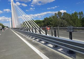 Dokončená montáž mostních svodidel se stupněm zadržení H4b