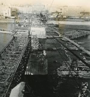 Průběh opravy mostu s troskami destruované konstrukce v korytu Dunaje