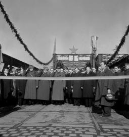Archivní fotografie ze 3. února 1946, kdy byl opravený most slavnostně uveden do provozu. Přestřižení pásky se konalo za účasti maršála Ivana Stěpanoviče Koněva, předsedy československé vlády Zdeňka Fierlingera, místopředsey vlády Klementa Gottwalda a ministra obrany Ludvíka Svobody