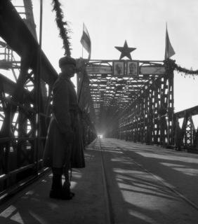 Průhled dokončeným mostem