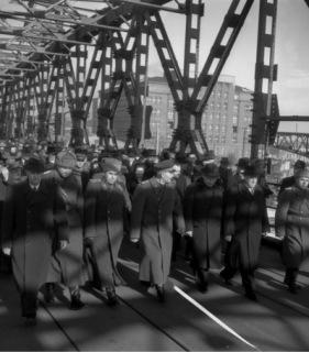 Průvod účastníků slavnostního zahájení provozu po opraveném mostě, přejmenovaném ze Štefánikova mostu na most Červenej armády – do roku 1990, kdy byl přejmenován na Starý most