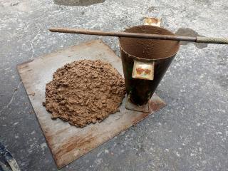 Obr. 04 Vzhled betonu z cihelného recyklátu, stanovení konzistence sednutím kužele
