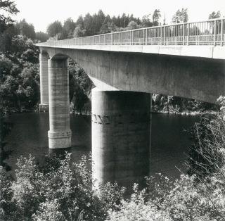 Přemostění u Zvíkova v šedesátých letech – betonování letmo bylo tehdy novou technologií