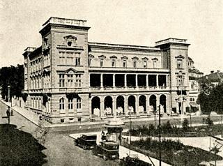 Hotel Crystal Palace, ze kterého je zachována fasáda na prvních několika patrech