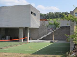 Dům je navržen 3 m pod úrovní komunikace