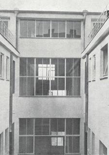Obytný dům v Hostivaři, pohled z vnitřního dvora