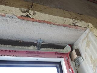 015 Nanesená montážní pěna a ochranná folie v rohu okna