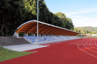 Obr. 1 Celkový pohled na tribunu lehkoatletického stadionu v Náchodě