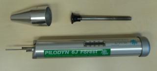 Obr. 1a Pilodyn 6J s dutým kolíkem na zatlačení indentačního trnu do těla přístroje před začátkem měření