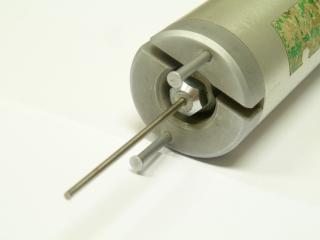 Obr. 2a Detail indentačního trnu v hlavě přístroje (Pilodyn z pracoviště CET) obklopeného dvěma  distančními  kolíky
