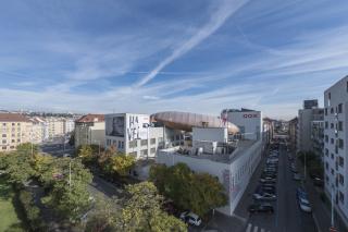 Celkový pohled na vzducholoď z Osadní ulice (foto: Jan Slavík)