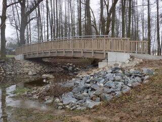 Obr. 1. Most pro pěší a cyklisty přes koryto Benešovského potoka