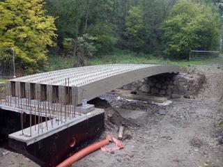 Obr. 7. Konstrukce před betonáží mostovky a před osazením dočasných podpor