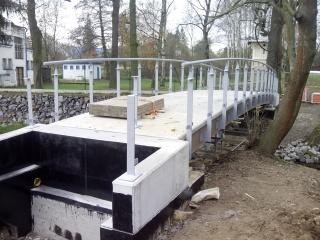 Obr. 8. Ocelové sloupky zábradlí včetně provedené betonové monolitické mostovky