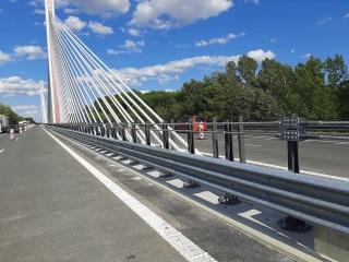 19 Dokončená montáž mostních svodidel se stupněm zadržení H4b